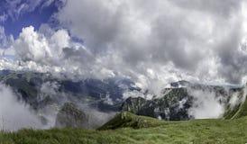 Ένα πανόραμα από τα βουνά Bucegi, Ρουμανία με μια άποψη των πόλεων τουριστών στην κοιλάδα, όπως Sinaia και Bucegi Στοκ φωτογραφίες με δικαίωμα ελεύθερης χρήσης