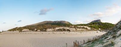 Ένα πανόραμα από τους αμμόλοφους Cala Mesquida Στοκ Εικόνες