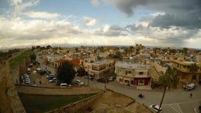 Ένα πανόραμα των σπιτιών και των ναών Famagusta από το ύψος του τοίχου φρουρίων, Varosha στην απόσταση απόθεμα βίντεο