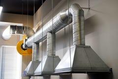 Ένα παράδειγμα τον εξαερισμό εξάτμισης πέρα από έναν εργασιακό χώρο σε μια βιομηχανική περιοχή στοκ εικόνες