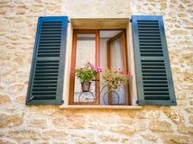 Ένα παράθυρο με τα παραθυρόφυλλα σε ένα μεσογειακό ύφος στοκ εικόνα με δικαίωμα ελεύθερης χρήσης