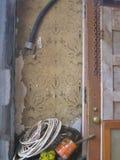 Ένα παράθυρο στο παρελθόν, που αντιλαμβάνεται με την οικοδόμηση της εργασίας αποκατάστασης που αποκαλύπτει την ταπετσαρία από μια Στοκ Φωτογραφίες