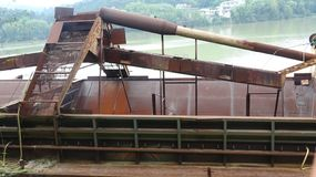 Ένα παράνομο σκάφος μεταλλείας άμμου σφραγίστηκε από την κυβέρνηση στοκ φωτογραφία