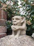 Ένα παράξενο συγκεκριμένο άγαλμα gremlin goblin σε έναν στυλοβάτη έξω από το πνεύμα στοκ φωτογραφία με δικαίωμα ελεύθερης χρήσης