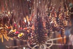 Ένα παραδοσιακό εκλεκτής ποιότητας περιδέραιο χειροποίητο πωλεί στην αγορά του malioboro στοκ εικόνες