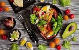 Ένα παραδοσιακό πιάτο της αμερικανικής σαλάτας Cobb κουζίνας στοκ φωτογραφίες με δικαίωμα ελεύθερης χρήσης