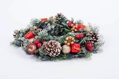 Ένα παραδοσιακό στεφάνι Χριστουγέννων στο άσπρο υπόβαθρο Στοκ Εικόνες