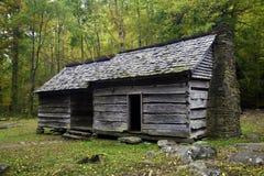 Ένα παλαιό αγροτικό σπίτι στα καπνώδη βουνά Στοκ φωτογραφία με δικαίωμα ελεύθερης χρήσης