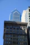 Παλαιό κτίριο γραφείων πετρών και σύγχρονος ουρανοξύστης γυαλιού Στοκ φωτογραφίες με δικαίωμα ελεύθερης χρήσης