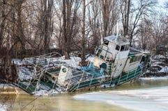 Ένα παλαιό εγκαταλειμμένο σκάφος στον πάγο Στοκ Εικόνες