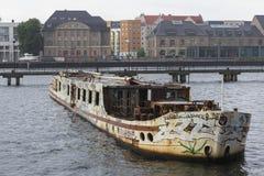 ένα παλαιό εγκαταλειμμένο σκάφος στον ποταμό ξεφαντωμάτων στο Βερολίνο Γερμανία Στοκ Εικόνες