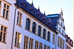 Ένα παλαιό κτήριο πετρών με τα μπλε κεραμίδια και τα σχηματισμένα αψίδα λεκιασμένα παράθυρα γυαλιού Στοκ Φωτογραφίες