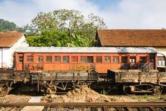 Ένα παλαιό κόκκινο αυτοκίνητο τραίνων κάθεται εγκαταλειμμένος σε Kandy το σιδηροδρομικό σταθμό, SR Στοκ φωτογραφία με δικαίωμα ελεύθερης χρήσης