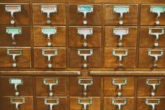 Ένα παλαιό ξύλινο γραφείο ύφους της κάρτας ή του καταλόγου IND βιβλιοθηκών αρχείων Στοκ Φωτογραφία