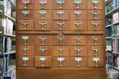 Ένα παλαιό ξύλινο γραφείο ύφους της κάρτας ή του καταλόγου IND βιβλιοθηκών αρχείων Στοκ φωτογραφία με δικαίωμα ελεύθερης χρήσης