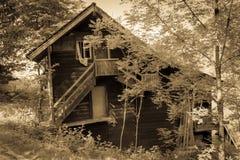 Ένα παλαιό ξύλινο σπίτι στη χώρα του Σάλτζμπουργκ, παλαιό ύφος Στοκ Εικόνες