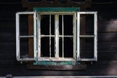 Ένα παλαιό ξύλινο wndow με τα σπασμένα πλακάκια Στοκ Φωτογραφίες