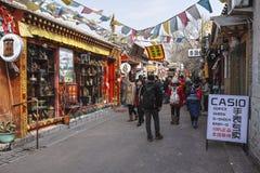 Ένα παλαιό Πεκίνο Hutong με πολλά καταστήματα Στοκ Φωτογραφίες