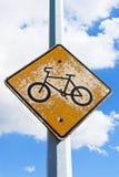 Ένα παλαιό προειδοποιητικό σημάδι ποδηλάτων με την αποφλοίωση χρωμάτων μακριά Στοκ φωτογραφία με δικαίωμα ελεύθερης χρήσης