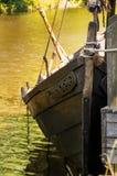 Ένα παλαιό σκάφος Βίκινγκ στο νερό στην αποβάθρα Στοκ φωτογραφία με δικαίωμα ελεύθερης χρήσης