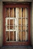 Ένα παλαιό χαλασμένο παράθυρο πίσω από το κιγκλίδωμα μετάλλων Στοκ φωτογραφία με δικαίωμα ελεύθερης χρήσης
