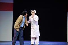 Ένα παλτό μυστικός-Jiangxi OperaBlue φρουράς ασφάλειας και μιας νοσοκόμας Στοκ Εικόνες