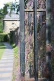 Ένα πεζοδρόμιο και η πύλη στο πάρκο χώρας Pollok της Γλασκώβης Στοκ Εικόνες