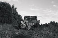Ένα περίπατος-πίσω τρακτέρ στον τομέα Στοκ φωτογραφία με δικαίωμα ελεύθερης χρήσης
