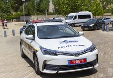 Ένα περιπολικό της Αστυνομίας στη υψηλή επιφυλακή που σταθμεύουν ισραηλινό έξω από το μουσείο ολοκαυτώματος στην Ιερουσαλήμ Ισραή στοκ φωτογραφία