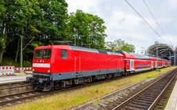Ένα περιφερειακό σαφές τραίνο στον κεντρικό σταθμό του Κίελο Στοκ Φωτογραφία