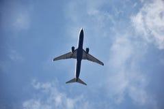 Ένα πετώντας αεροπλάνο Στοκ Φωτογραφία