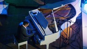 Ένα πιάνο παιχνιδιού ατόμων από τις σημειώσεις στη συναυλία τζαζ απόθεμα βίντεο