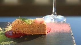 Ένα πιάτο ενός γαστρονομικού εστιατορίου Κινηματογράφηση σε πρώτο πλάνο Πατέ από την πάπια φιλμ μικρού μήκους