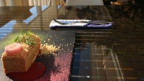 Ένα πιάτο ενός γαστρονομικού εστιατορίου Κινηματογράφηση σε πρώτο πλάνο Πατέ από την πάπια απόθεμα βίντεο