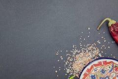 Ένα πιάτο με τα καρυκεύματα και τα λαχανικά Στοκ Εικόνες