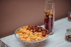 Ένα πιάτο με τα μπισκότα στον πίνακα Στοκ Εικόνες