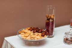 Ένα πιάτο με τα μπισκότα στον πίνακα Στοκ Φωτογραφία