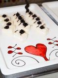 Ένα πιάτο με το επιδόρπιο είναι διακοσμημένο με ένα σχέδιο της σοκολάτας Στοκ φωτογραφία με δικαίωμα ελεύθερης χρήσης