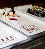 Ένα πιάτο με το επιδόρπιο είναι διακοσμημένο με ένα σχέδιο της σοκολάτας Στοκ Φωτογραφία