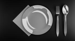 Ένα πιάτο στο σκοτεινό πίνακα Στοκ Εικόνες