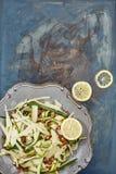 Ένα πιάτο της σαλάτας κορδελλών και αμυγδάλων κολοκυθιών με τις φέτες λεμονιών Στοκ φωτογραφίες με δικαίωμα ελεύθερης χρήσης