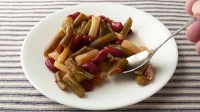 Ένα πιάτο της σαλάτας τριών φασολιών που τρώγεται απόθεμα βίντεο