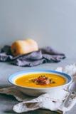 Ένα πιάτο της σούπας κολοκύθας με ένα jamon, ένα σκόρδο, ένα θυμάρι και μια κρέμα Στοκ Φωτογραφίες