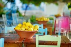 Ένα πιάτο των λεμονιών στο χαρακτηριστικό ελληνικό υπαίθριο καφέ Στοκ Φωτογραφία