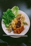 Ένα πιάτο των μικτών κορεατικών τροφίμων μπουφέδων Στοκ Εικόνες