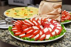 Ένα πιάτο των τυριών που τεμαχίζονται Στοκ Εικόνες