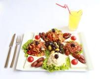 Ένα πιάτο των φρέσκων σαλατών με τη φυσική λεμονάδα Στοκ εικόνες με δικαίωμα ελεύθερης χρήσης