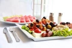 Ένα πιάτο των φρέσκων σαλατών με τη φυσική λεμονάδα Στοκ Εικόνες