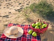 Ένα πικ-νίκ με το καλάθι πικ-νίκ στην παραλία στοκ φωτογραφίες με δικαίωμα ελεύθερης χρήσης