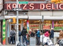 Ένα πλήθος των ανθρώπων περιμένει στη γραμμή έξω από το διάσημο Katz's Deli στη χαμηλότερη ανατολική πλευρά της πόλης της Νέας  στοκ εικόνες με δικαίωμα ελεύθερης χρήσης